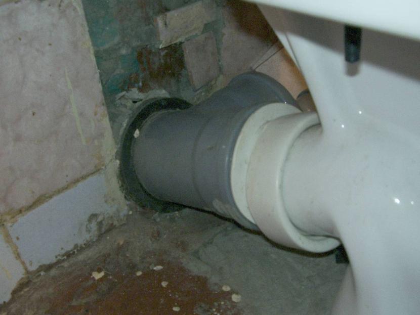 Монтаж унитаза к пластиковым трубам канализационной системы