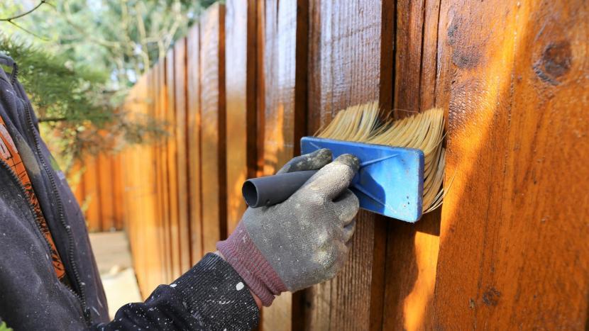 Обработка деревянного забора защитным составом