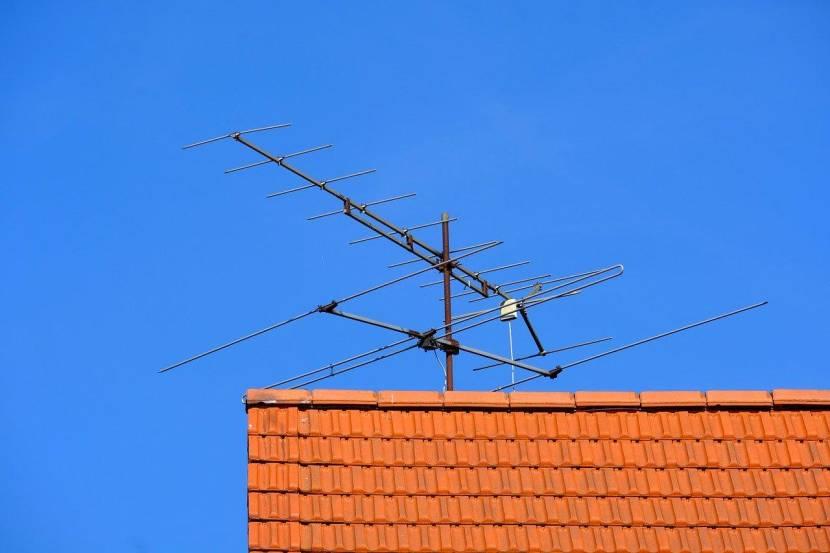 Антенна на краю плоской крыши