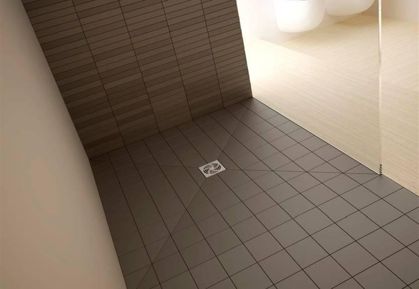 Уложенная плитка под уклоном на полу с трапом