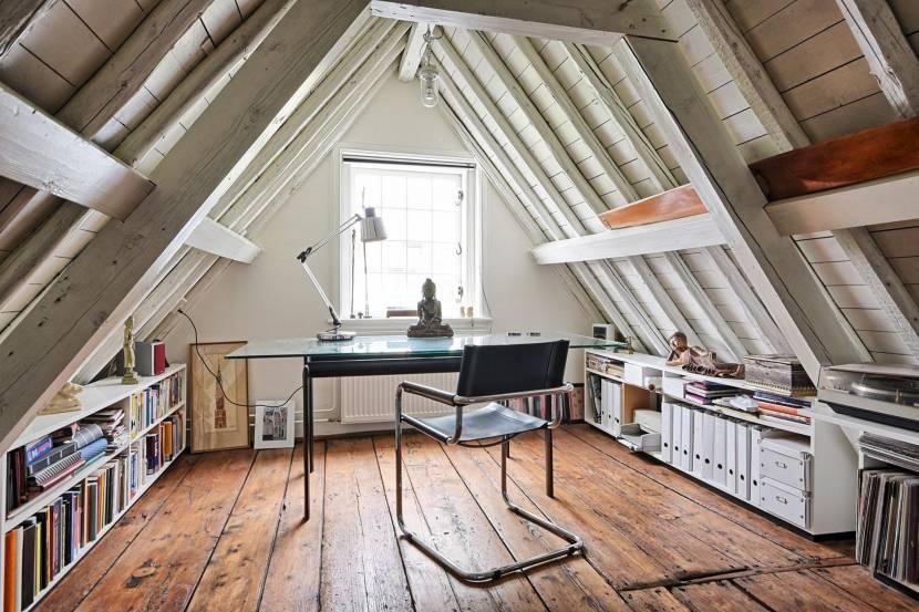 Гармоничное расположение мебели на чердаке