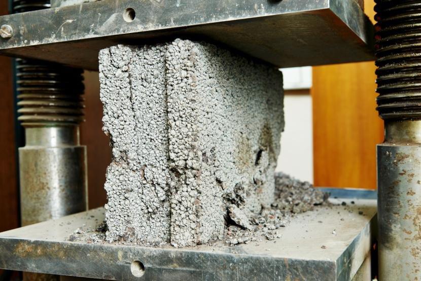 Тестирование бетона в лаборатории
