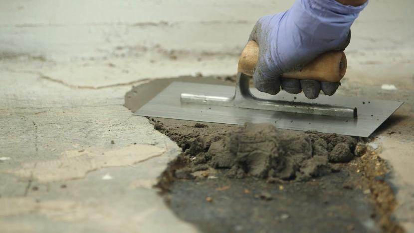 Все трещины и выбоины заполняють ремонтной смесью