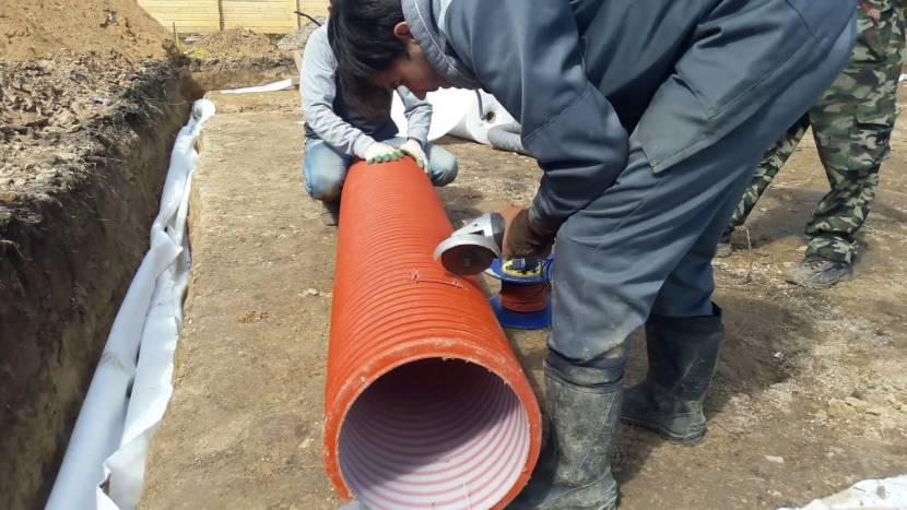 Монтаж канализационной трубы в основание дома