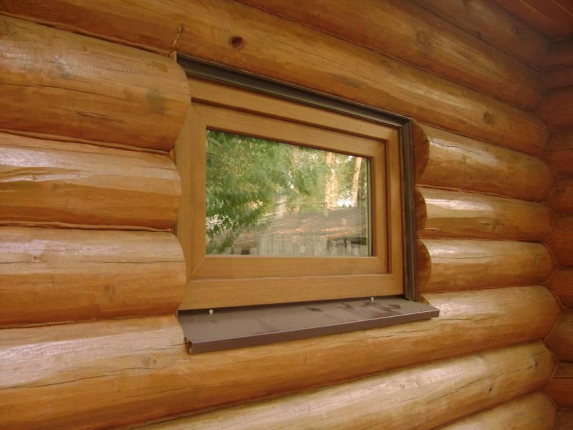 Окно дополняет интерьер бани