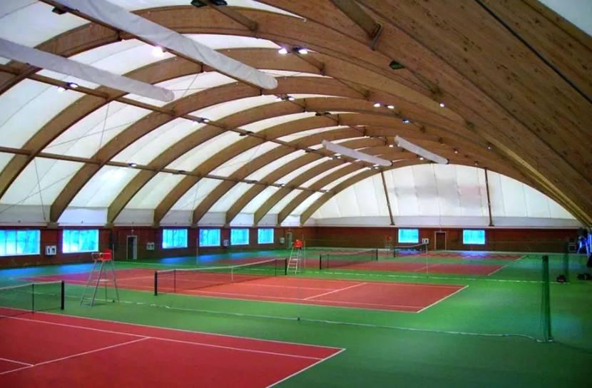 Спортивное сооружение, построенное без использования колонн