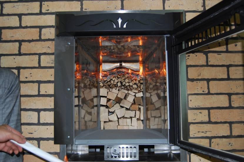 Укладка дров в пиролизную печь