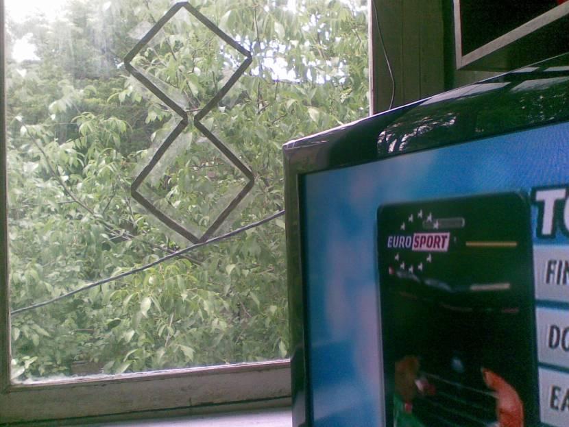 Антенну-восьмёрку можно крепить даже на стекло окна