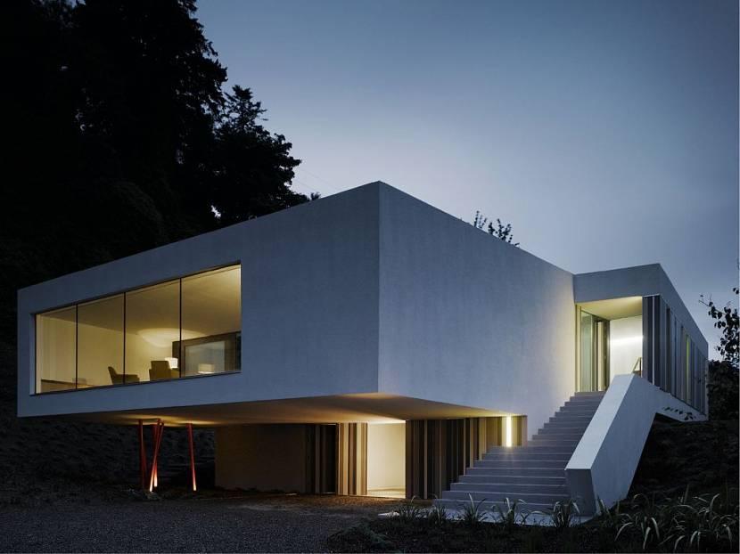 Дом, свисающий над землей