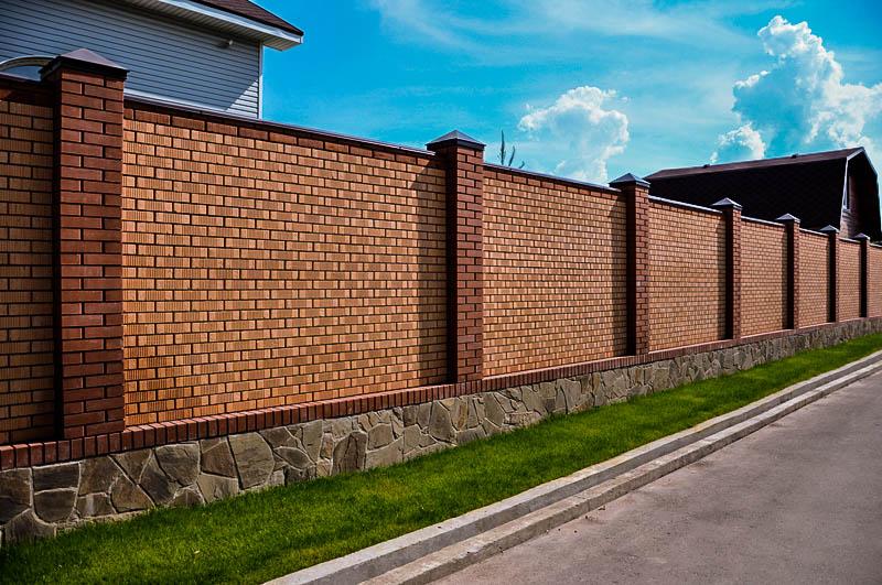Красивые кирпичные заборы частных домов фото