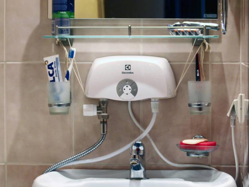 Проточный водонагреватель возле раковины
