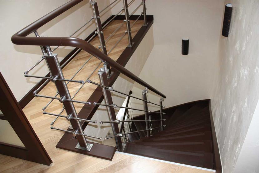 Деревянная лестница с металлическим ограждением и поручнями из ПВХ