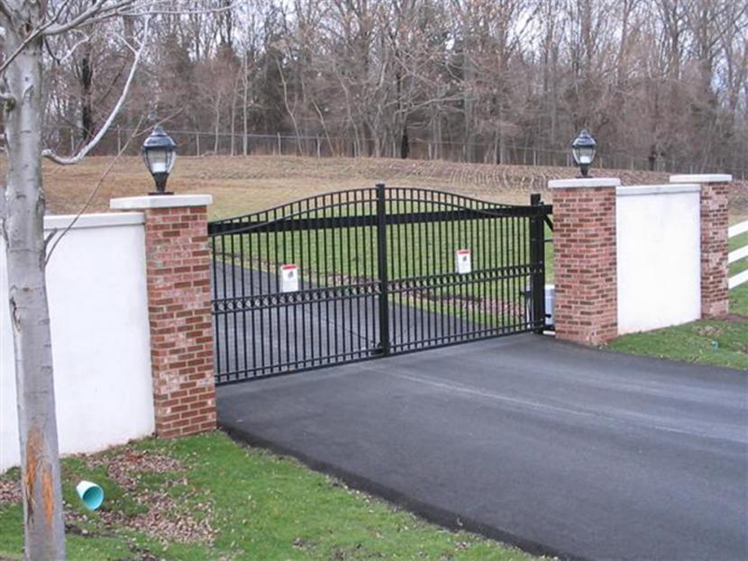 Откатные ворота, стилизованные под распашные