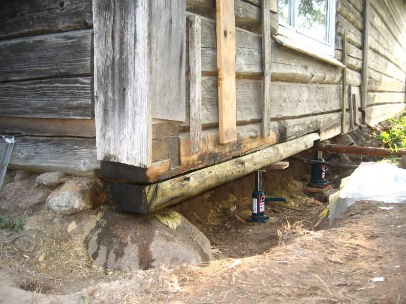Старый деревянный дом без фундамента
