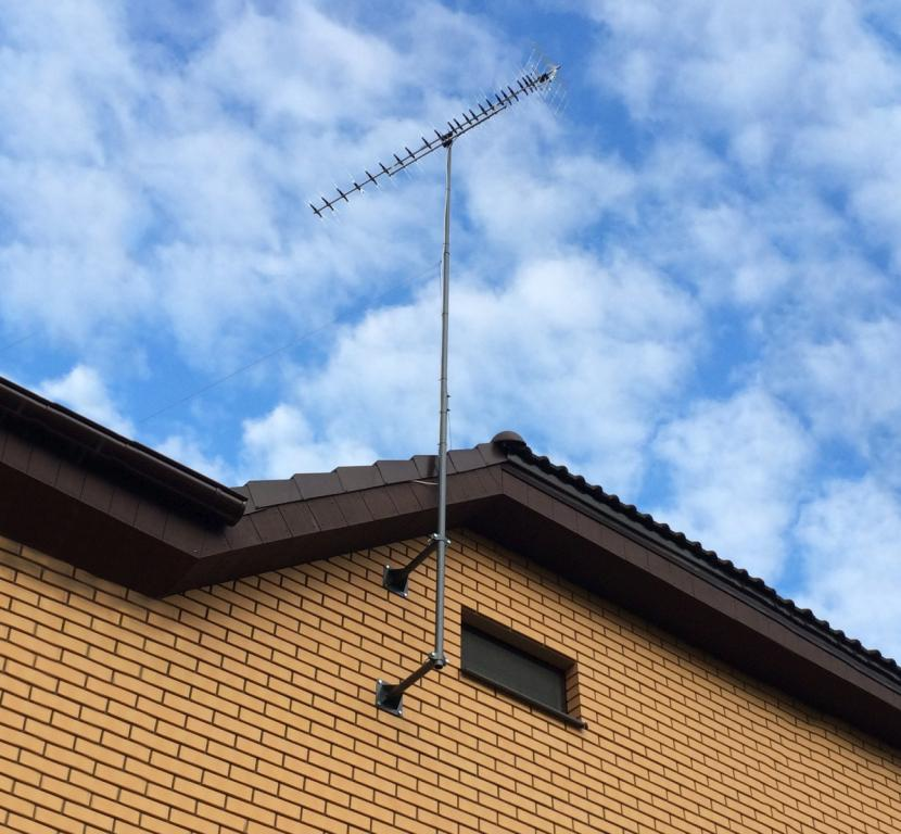 ТВ-антенна на специальном кронштейне