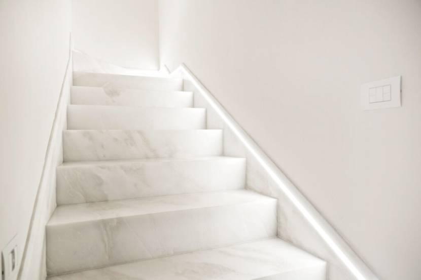 Лестница с подсветкой в современном дизайне