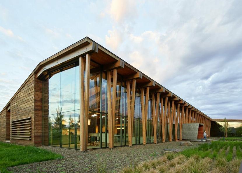 Красивое деревянное общественное здание