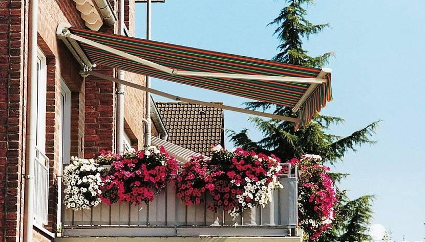 Дом с открытым деревянным балконом с козырьком