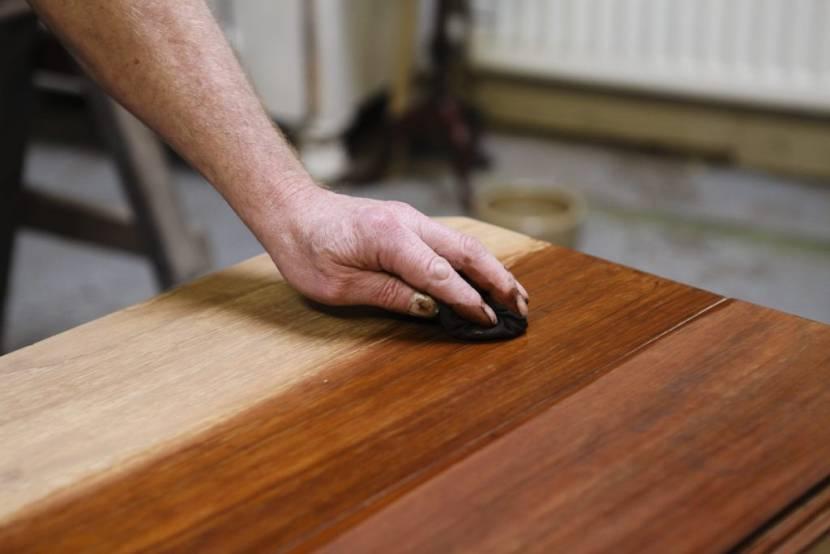 Лак защищает древесину от влажности