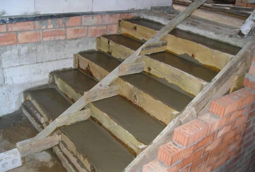 Один из простейших способов заливки опалубки бетоном