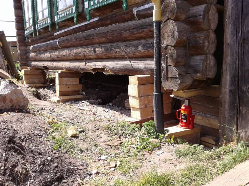 Правильный подъём деревянного дома: подпорки из бруса и домкрат на твердой поверхности