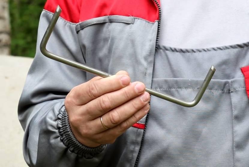 Колодезные кольца укрепляются специальными усиленными скобами