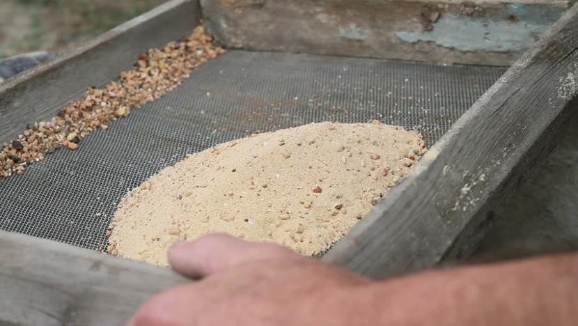 Ручное просеивание песка