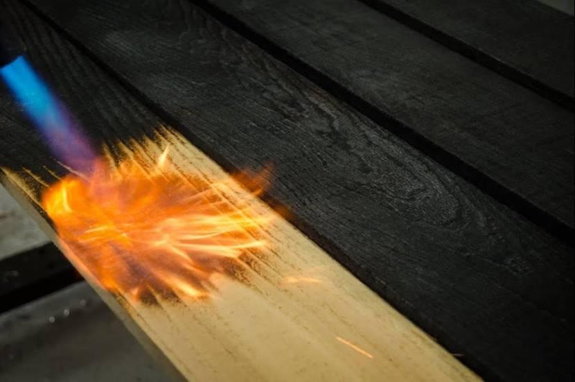 Использование газовой горелки для обжига доски