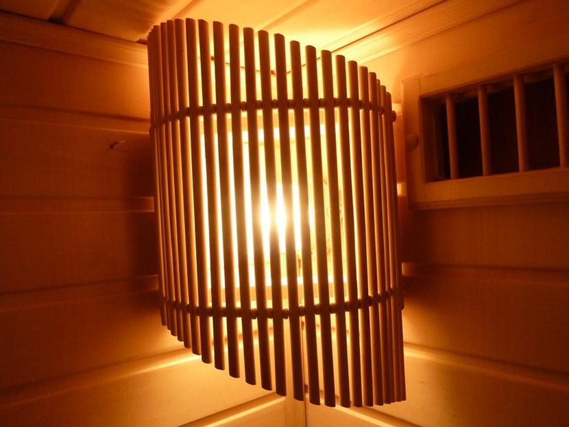 Защитная решётка из дерева для светильника