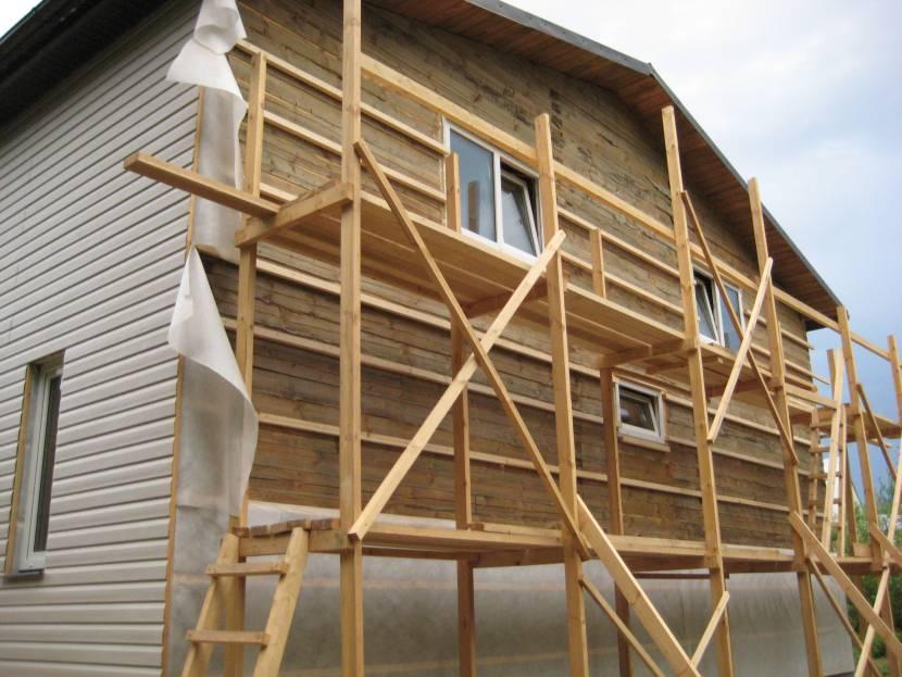 Пример раздельной крыши для террасы, которая пристроена к бане