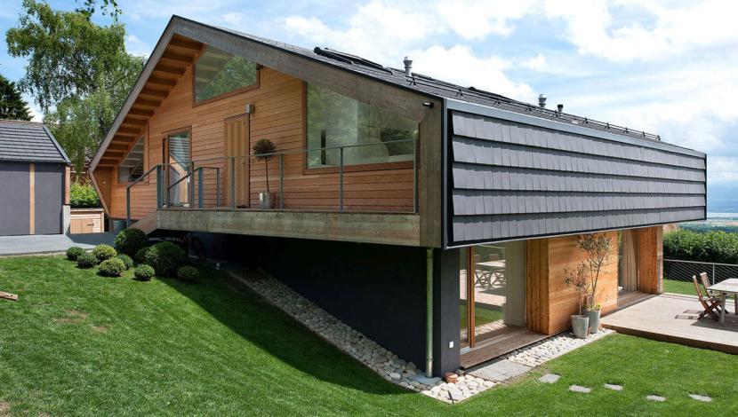 Дом на участке с крутым склоном
