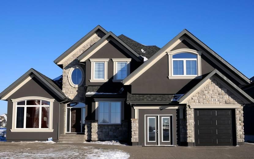 Дом с темным оштукатуренным фасадом