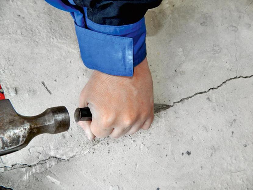 Если объем работ небольшой, можно обойтись зубилом и молотком
