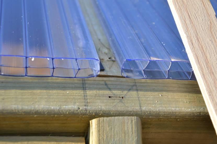 Поликарбонат сначала монтируется на наклонных поверхностях крыши