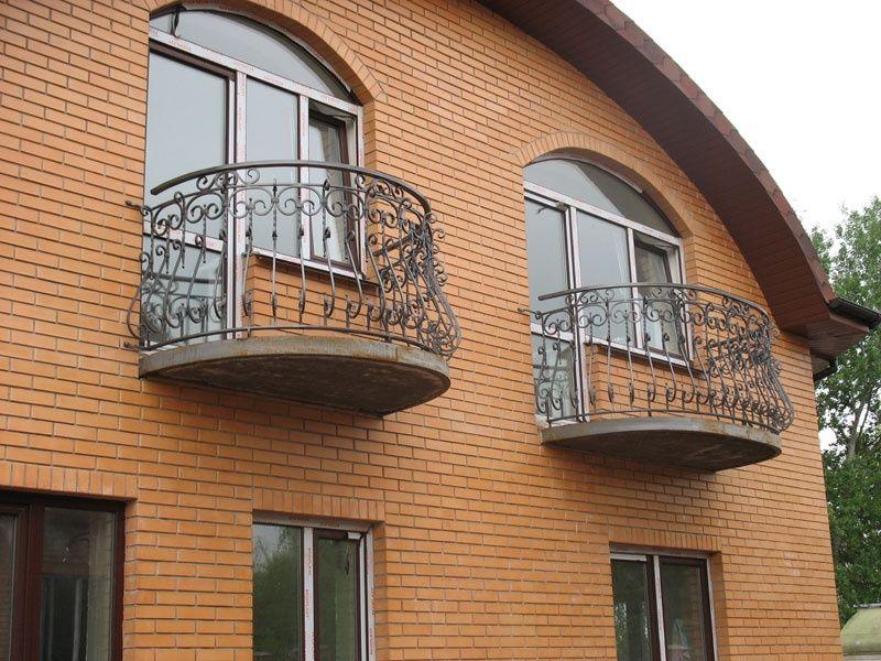Кованые балконы в кирпичном доме