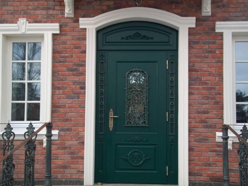 Входная дверь из металла в загородном доме