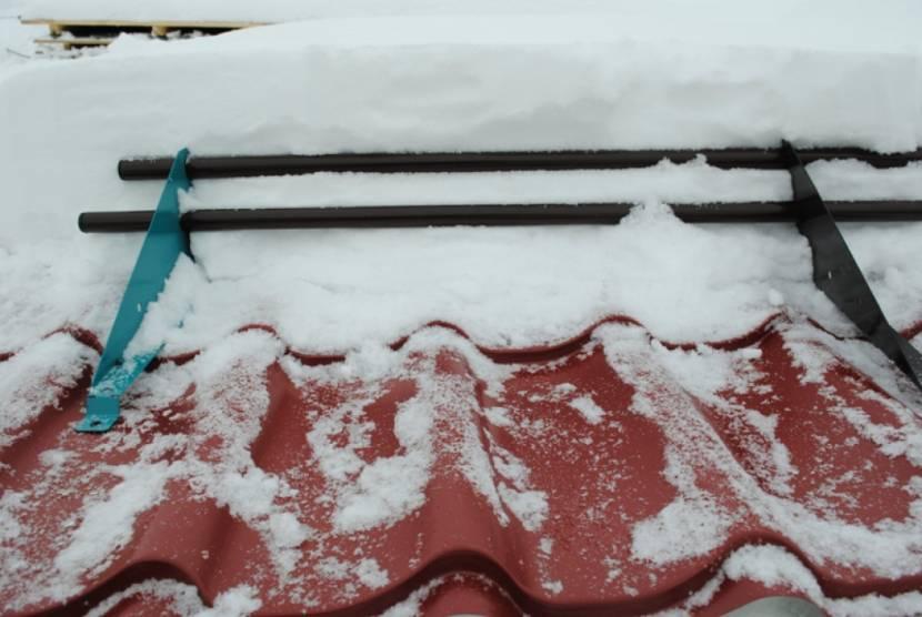 Толстый слой снега на крыше