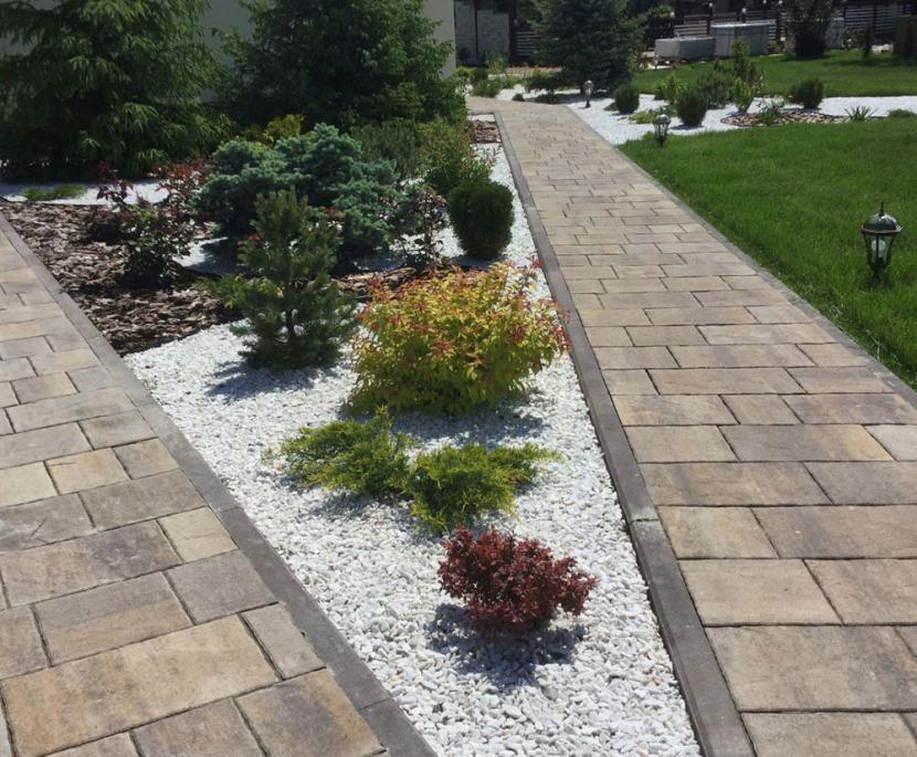Каменистый сад между двух дорожек
