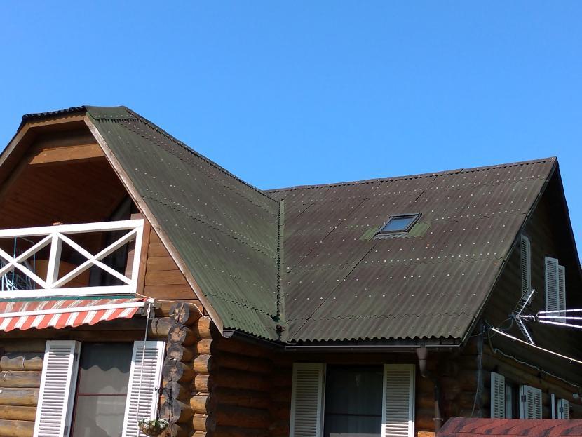 Старая выцветшая ондулиновая крыша