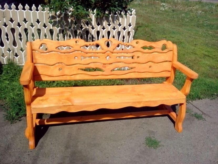Скамейка с узорчатой спинкой