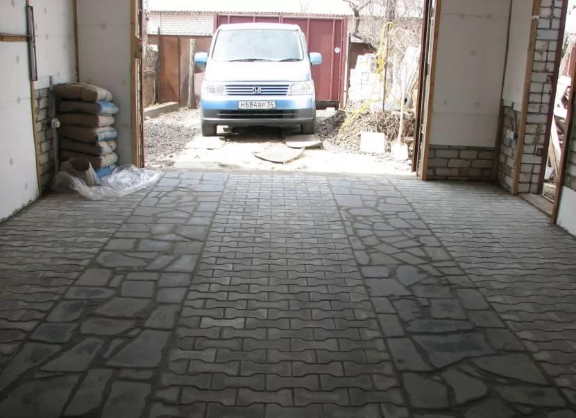 Пол гаража, выложенный тротуарной плиткой