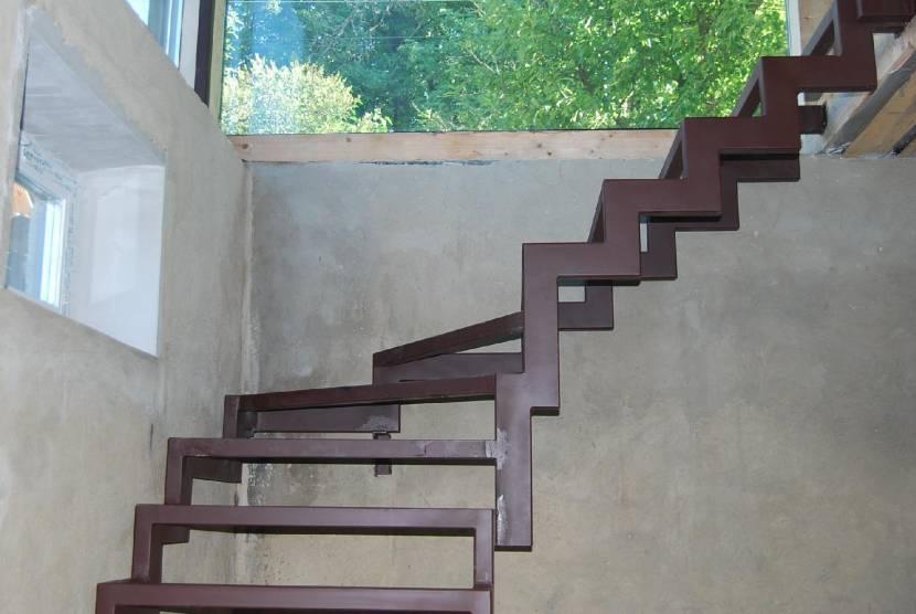 Каркас лестницы из толстого металла