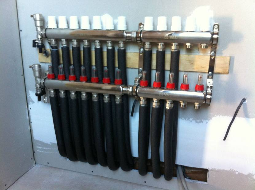 От коллектора уходят отдельные водоводы к сантехническим приборам