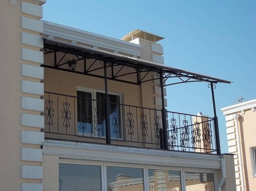 Открытый балкон с навесом