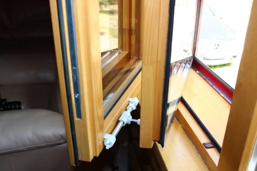 Тёплое деревянное окно с двойной рамой