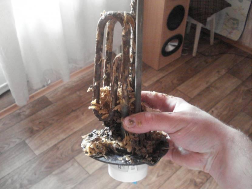 При сильном загрязнении можно использовать металлическую щетку или нож