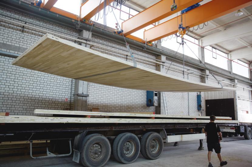 Погрузка панелей для транспортировки на стройплощадку